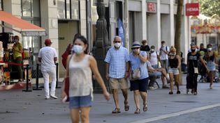 Des riverains à Marseille (Bouches-du-Rhône), le 14 septembre 2020. (NICOLAS TUCAT / AFP)