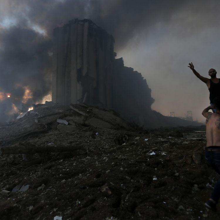 Deux habitants de Beyrouth (Liban) sur le port ravagé par deux explosions, le 4 août 2020. (STR / AFP)