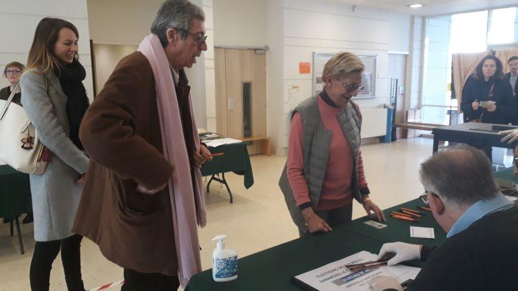Patrick et Isabelle Balkany votent à l'occasion du premier tour des municipales, le 15 mars 2020, à Levallois-Perret (Hauts-de-Seine). Ils sont accompagnés d'Agnès Pottier-Dumas, la tête de liste de la majorité municipale. (MAXPPP)