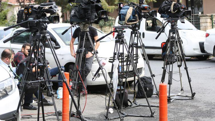 Des caméras de télévision devant le consulat d'Arabie saoudite à Istanbul (Turquie), le 18 octobre 2018. (ELIF OZTURK / ANADOLU AGENCY / AFP)