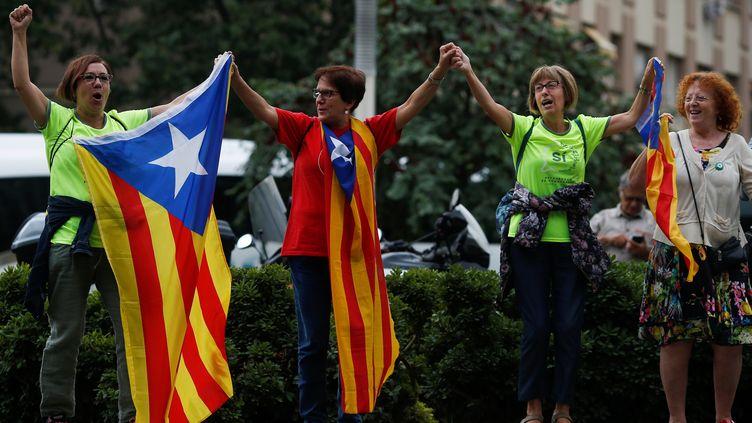 Des manifestantes brandissent le drapeau catalan, devant le palais de justice de Barcelone (Catalogne, Espagne), le 22 septembre 2017. (JON NAZCA / X02457)