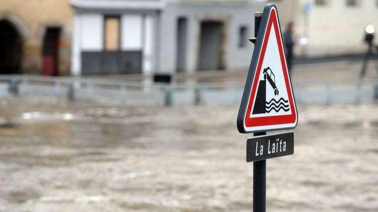 La Laïta en crue à Quimperlé (Finistère), le 3 janvier 2014. (FRED TANNEAU / AFP)