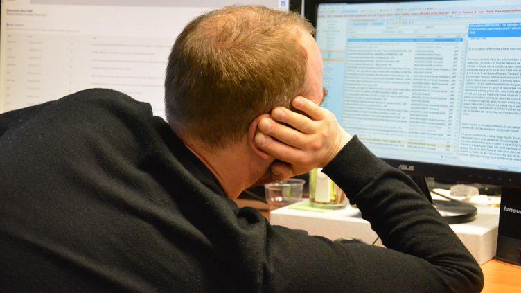 Un salarié devant son écran de travail. Photo d'illustration. (JEAN-CHRISTOPHE BOURDILLAT / RADIO FRANCE)