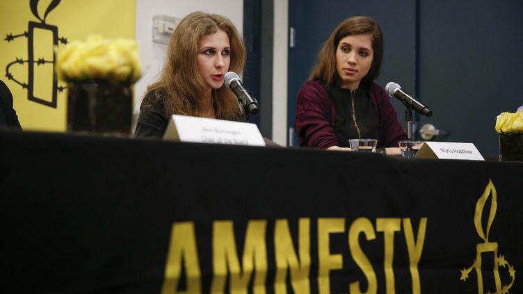 Maria Alekhina et Nadejda Tolokonnikova, membres du groupe contestataire russe Pussy Riot, s'expriment dans les bureaux d'Amnesty International à New York (Etats-Unis), le 4 février 2014. (SHANNON STAPLETON / REUTERS)