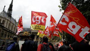 Des manifestants contre la loi Travail défilent à Paris le 16 juin 2016. (THOMAS SAMSON / AFP)