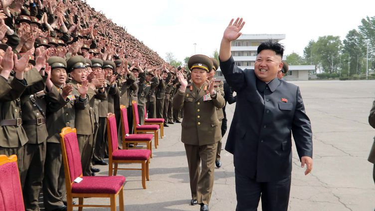 Photo diffusée par l'agence officielle nord-coréenne, le 6 mai 2014, montrant le leader nord-coréen, Kim Jong-un, saluant des militaires à Pyongyang, la capitale de la Corée du Nord. (KNS / KCNA / AFP)