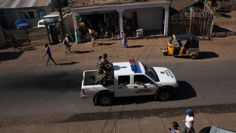La police patrouille à Hell-Ville, sur l'île de Nosy Be (Madagascar), le 4 octobre 2013. (RIJASOLO / AFP)