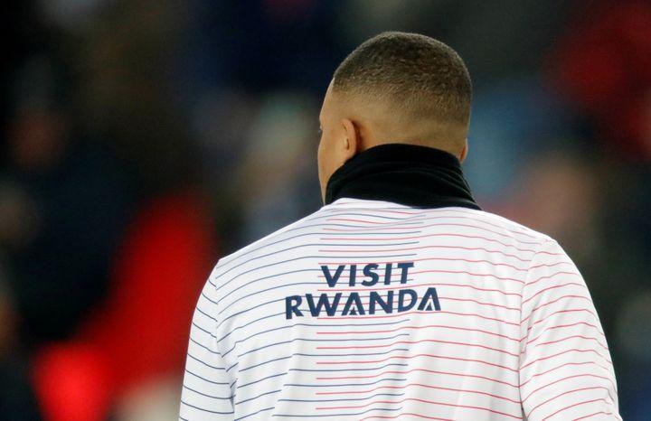 Kylian Mbappe, à l'échauffement lors du match contre Nantes le 4 décembre 2019, porte la nouvelle tenue du PSG vantant le tourisme au Rwanda. (CHARLES PLATIAU / X00217)