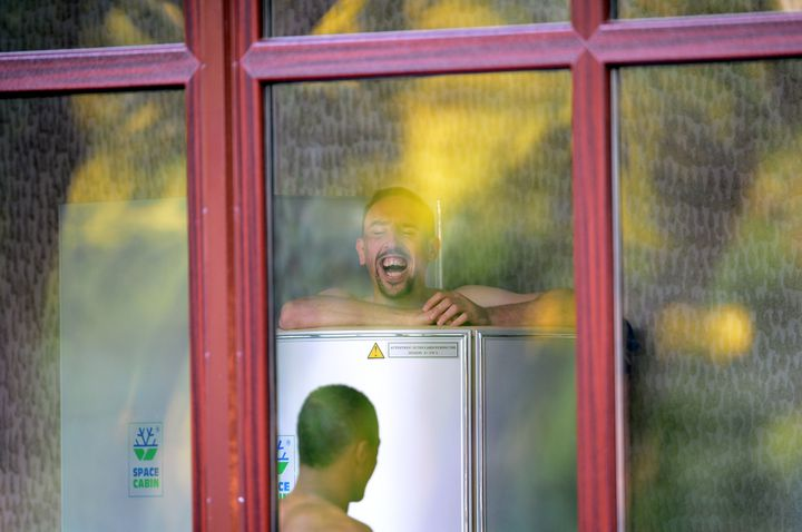 Franck Ribéry, hilare lors d'une séance de cryothérapie, le 12 juin à Donetsk (Ukraine). (FRANCK FIFE / AFP)