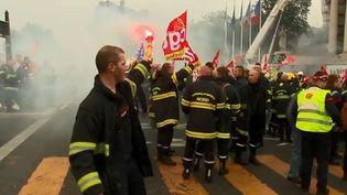 Les pompiers sont en grève depuis quatre mois pour dénoncer un service de secours en souffrance. Mardi 15 octobre, ils ont voulu marquer les esprits avec une grande manifestation à Paris, bien déterminés à se faire attendre. Le cortège parisien a été émaillé d'échauffourées. (FRANCE 3)