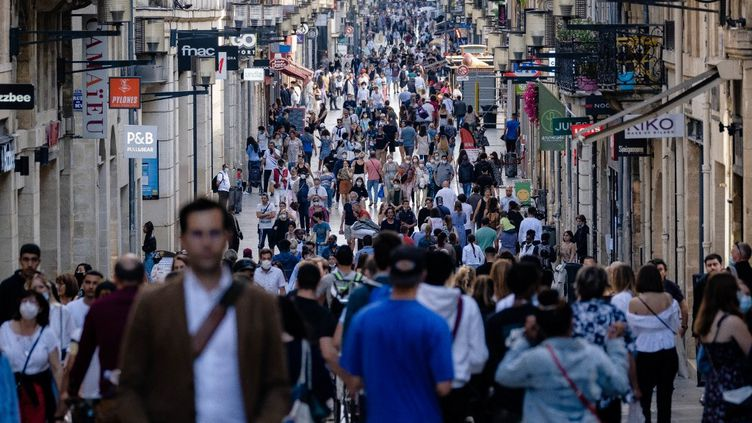 Des piétons dans une rue de Bordeaux (Gironde), le 25 juin 2021. (VALENTINO BELLONI / HANS LUCAS / AFP)