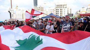 Des milliers de Libanais se sont rassemblés samedi 8 août à Beyrouth pourcrier leur colère après la double explosion qui a ravagé la capitale Libanaise mardi et coûté la vie à près de 160 personnes. (NATHANAEL CHARBONNIER / RADIO FRANCE)
