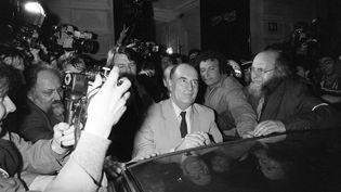 François Mitterrand vient d'être élu président de la République dans la nuit du 10 au 11 mai 1981. Il remercie les militants de l'avoir soutenu pendant la campagne électorale. (DOMINIQUE FAGET / AFP)