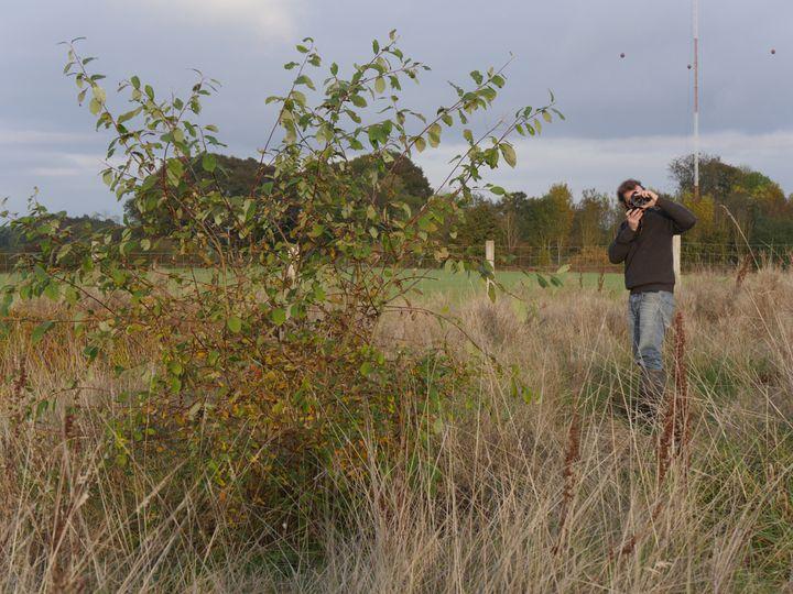 Éric Lenoir, au Flérial, son jardin expérimental dans l'Yonne. (ISABELLE MORAND / RADIO FRANCE)