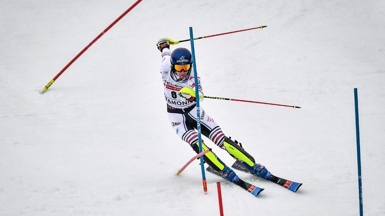 Clément Noël danse avec les piquets le 30 janvier 2021 lors du premier slalom de Chamonix, qu'il remporte. (JEFF PACHOUD / AFP)