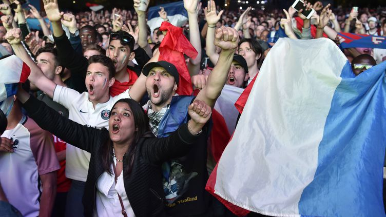 Des supporters français chantent lors du match France-Rouamnie, le 10 juin 2016 dans la fanzone de Paris. (ALAIN JOCARD / AFP)