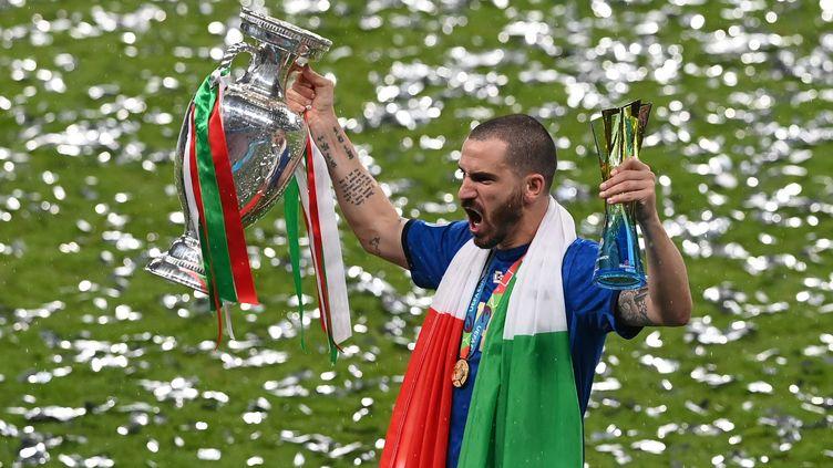 Le défenseur Leonardo Bonucci avec la coupe Henri-Delaunay et le trophée de joueur du match après la victoire de l'Italie en finale de l'Euro 2021 face à l'Angleterre à Wembley. (FACUNDO ARRIZABALAGA / AFP)