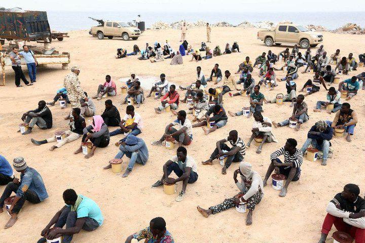 Des migrants clandestins, rassemblés sur la base militaire de Tripoli le 10 Octobre 2015 (Photo AFP/Hazem Turkia/Anadolu Agency)