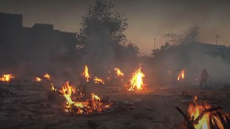 Des corps de victimes du Covid-19 brûlés en Inde (FRANCEINFO)
