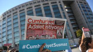 Des journalistes et militants marchent vers le tribunal d'Istanbul où s'ouvre le procès de plusieurs journalistes du quotidien turc Cumhuriyet, le 24 juillet 2017. (OZAN KOSE / AFP)