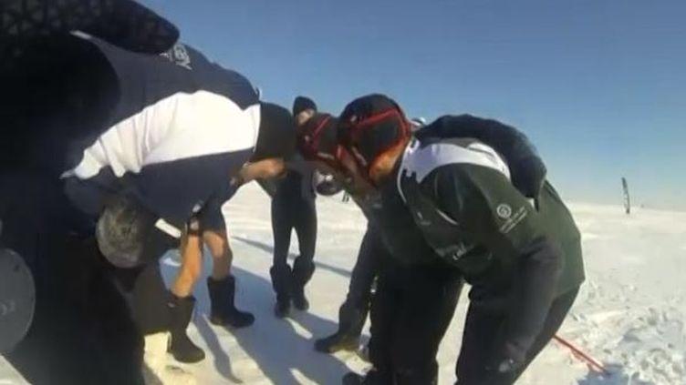 """Avril 2015, un match de rugby sur lePôle nord dans le cadre de l'expédition """"Arctic Rugby Challenge"""" (  REUTERS)"""