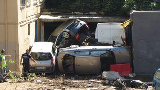 Des voitures empilées à Cannes (Alpes-Maritimes), après les inondations le 4 octobre 2015. (CITIZENSIDE.COM / AFP)