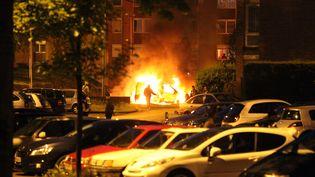 Des voitures incendiées à Tourcoing (Nord). (CITIZENSIDE/THIERRY THOREL / AFP)