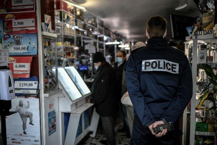 um policial controle l Interior de uma barra em Paris, 3 de fevereiro de 2021. (Stephane de Sakutin / AFP)'intérieur d'un bar à Paris, le 3 février 2021. (STEPHANE DE SAKUTIN / AFP)