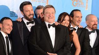 """L'équipe de """"Argo"""", dont Ben Affleck (barbu) et John Goodman (au 1er plan), radieuse aux Golden Globes, à Los Angeles (13 janvier 2013)  (Robyn Beck)"""