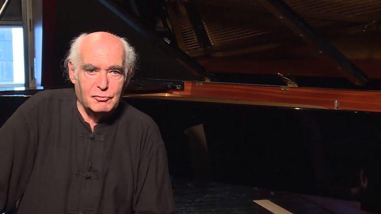 """Le compositeur et pianiste Alain Kremski lors du concert """"Le feu des visions"""" au Collège des Bernardins  (capture d'écran )"""