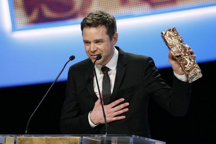 Guillaume de Tonquedec reçoit leCésar du meilleur second rôle masculin, vendredi 22 février à Paris. (PATRICK KOVARIK / AFP)