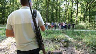 Une séance de formation suivie par des chasseurs qui viennent d'obtenir leur permis de chasse, à Belval-Bois-des-Dames (Ardennes), le 22 août 2018. (FRANCOIS NASCIMBENI / AFP)