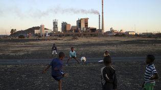 Des enfants d'un towship jouent au football près de la mine de platine de Marikana (nord) le 15 août 2013. (SIPHIWE SIBEKO / X90069)