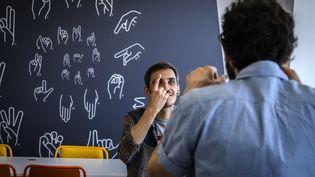 """Des étudiants malentendants à un cours en langue des signes à """"Signes & Formations"""" sur le Campus Numérique de Lyon (Rhône). (JEAN-PHILIPPE KSIAZEK / AFP)"""