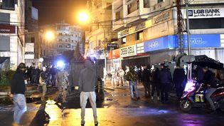 Des manifestants contestent le confinement à Tripoli au Liban, le 29 janvier 2021. (HUSSAM SHBARO / ANADOLU AGENCY / AFP)