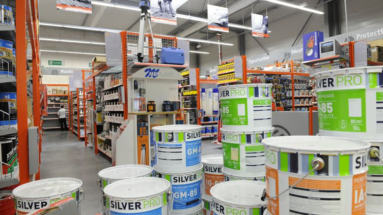 Les produits utilisés pour faire des travaux à domicile font partie de ceux qui pourraient être taxés à 7% à partir de 2012. (AFP)