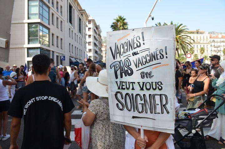 Une cadre de santé d'un hôpital de Hyères tient une pancarte lors de la manifestation contre le pass sanitaire à Toulon (Var), le 14 août 2021. (CHARLES-EDOUARD AMA KOFFI / FRANCEINFO)