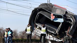 Des policiers italiens inspectent le train qui a déraillé sur la ligne reliant Milan à Salerne, le 6 février 2020. (MIGUEL MEDINA / AFP)