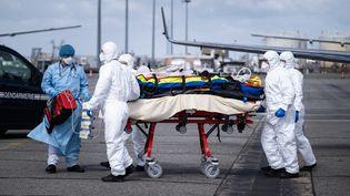 Un patient atteint du Covid-19 transféré en avion de Nice à Toulouse, afin d'éviter la saturation des lits de réanimation de la région Paca, le 16 mars 2021. (ADRIEN NOWAK / HANS LUCAS / AFP)