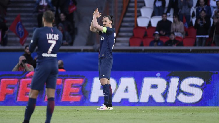 Zlatan Ibrahimovic reçoit une ovation à la 10e minute du match PSG-Nantes, interrompu spécialement pour l'occasion. (JEAN MARIE HERVIO / DPPI MEDIA)