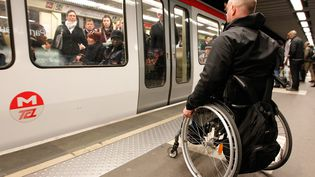 Sur le quai du métro lyonnais, le 9 avril 2014.Un million de personnes bénéficient de l'allocation adulte handicapé en France. (20 MINUTES / SIPA)