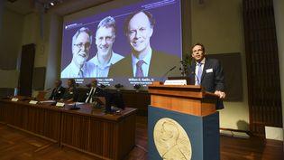 Thomas Perlmann (à droite), annonce les lauréats du prix Nobel de médecine, le 7 octobre 2019 à Stockholm (Suède). (JONATHAN NACKSTRAND / AFP)
