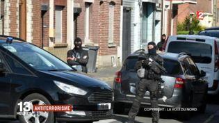 Opération antiterroriste dans la banlieue de Lille (Nord)ce matin : un homme a été arrêté ; il est soupçonné d'avoir eu un projet d'action violente. Dans le même temps, quatre personnes ont été interpellées à Bruxelles, et des armes retrouvées lors de perquisitions.  (FRANCE 2)