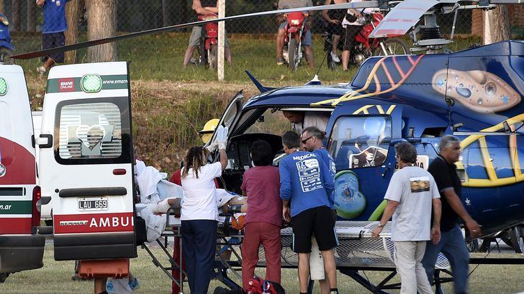 Les blessés évacués après l'accident de voiture lors du prologue (FRANCK FIFE / AFP)