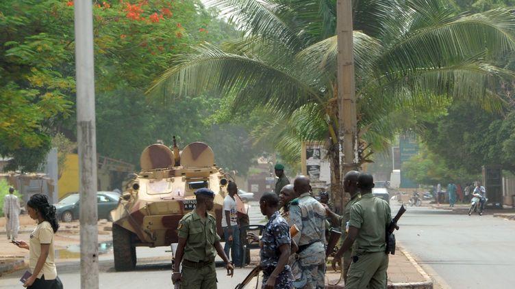 Des soldats maliens dans une rue de Bamako (Mali), le 2 mai 2012. (HABIBOU KOUYATE / AFP)