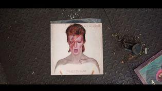 Capture d'écran montrantDavid Bowie chantant sur la pochette d'un de ses anciens disques (VANIA HEYMANN / YOUTUBE)