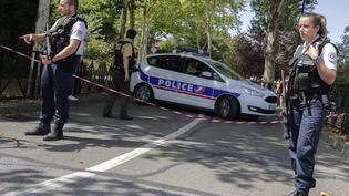 Les policiers français après l'attaque mortelle au couteau à Trappes dans les Yvelines (THOMAS SAMSON / AFP)