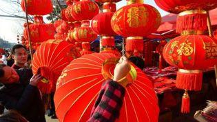 Des Chinois achètent des lanternes rouges pour la nouvelle année à Fuyang (province d'Anhui, est de la Chine), le 25 janvier 2017. (AFP)