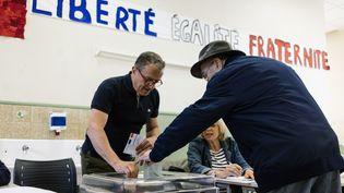 Un homme vote dans un bureau du 11e arrondissement de Paris, le 26 mai 2019. (DENIS MEYER / HANS LUCAS / AFP)