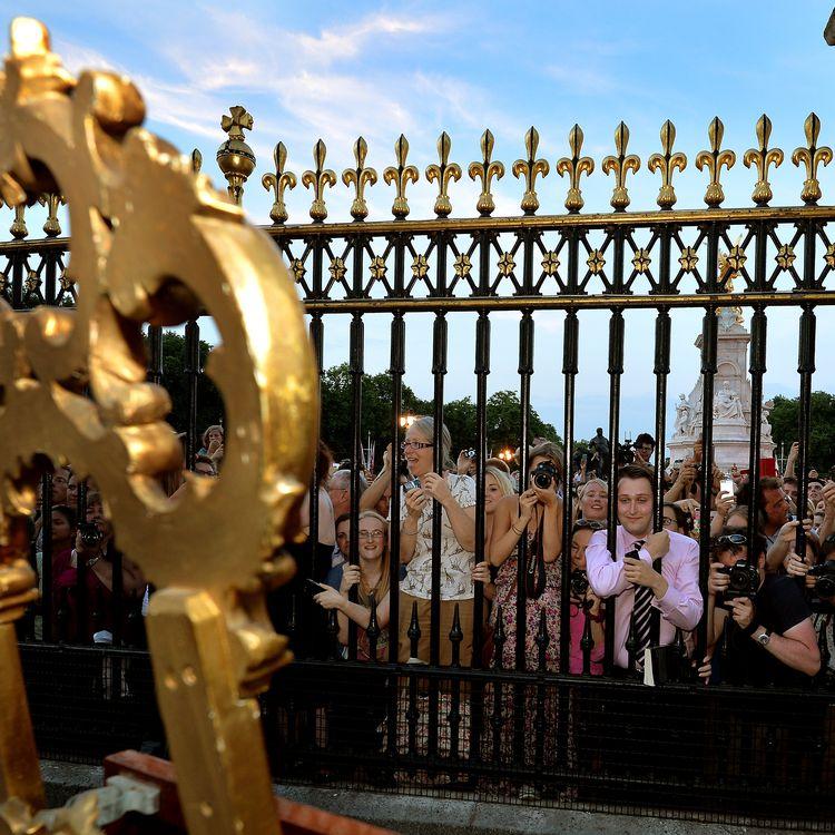La foule devant le chevalet de faire-part de naissance du Royal Baby à Buckingham palace à Londres, le 22 juillet 2013. (JOHN STILLWELL / POOL)